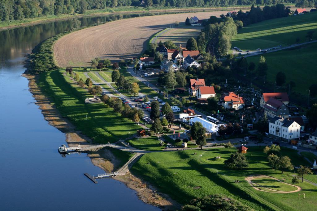 Widok na kurort Rathen z okolic Bastei. Do miasteczka tylko mieszkańcy mogą wjechać autem - reszta pieszo z oddalonego o kilka kilometru parkingu lub promem z drugiej strony rzeki.
